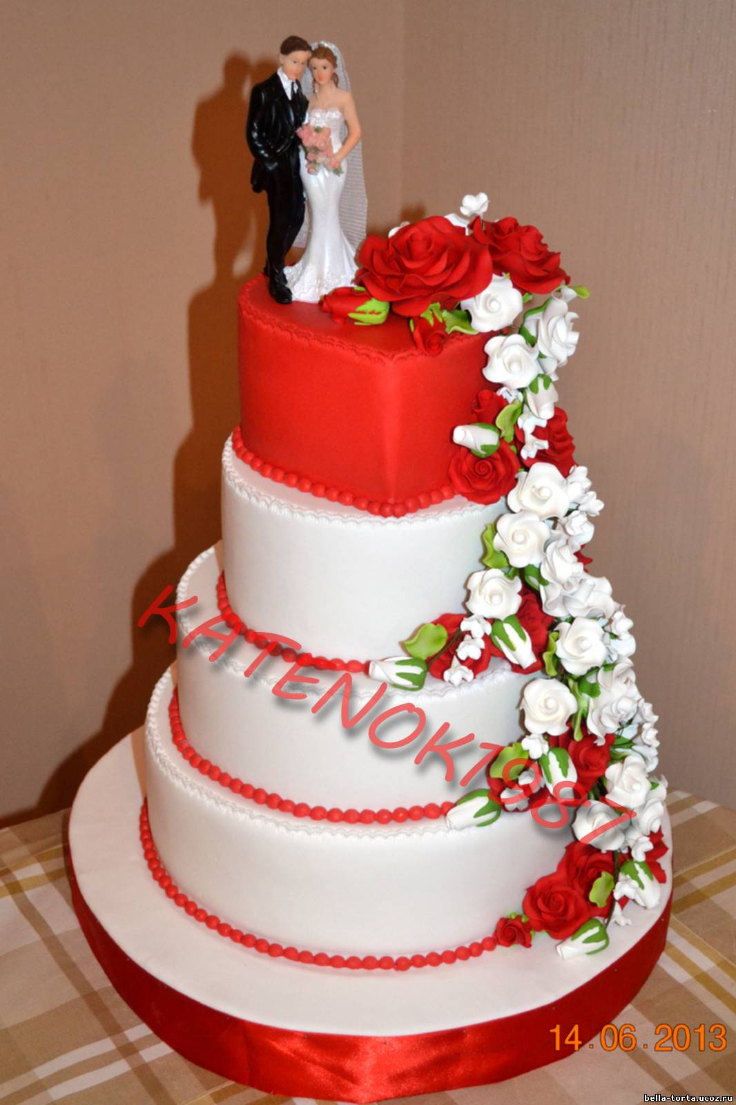 Торт на свадьбу с красными цветами фото